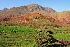 La terre colorée en montagnes d'atlas images stock