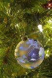 La terre comme ornement d'arbre de Noël Photo libre de droits