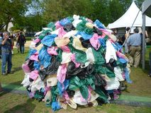 La terre couverte de sachets en plastique Photographie stock libre de droits