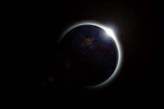 La terre couvre le soleil dans une belle éclipse solaire Photographie stock libre de droits