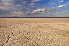 La terre criquée dans le désert à distance d'Alvord, Orégon, Etats-Unis Photo libre de droits