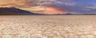 La terre criquée dans le désert à distance d'Alvord, Orégon, Etats-Unis au coucher du soleil Image libre de droits