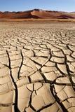 La terre criquée sèche - Sossusvlei - Namibie Images stock