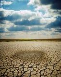 La terre criquée sous le ciel excessif Photo libre de droits