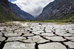 La terre criquée, paysage dans Blanca de Cordilera, Pérou Images stock