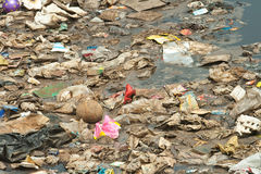 La terre d'ordures image libre de droits