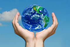 La terre dans des mains Image libre de droits