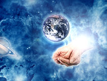 La terre dans des mains illustration libre de droits