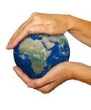 La terre dans des mains - mettez à la terre la texture par nasa.gov Images libres de droits