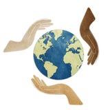 La terre dans des mains a réutilisé le métier de papier Photos libres de droits