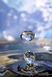 La terre dans la goutte de l'eau. Photo libre de droits