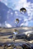 La terre dans la goutte de l'eau. Images stock
