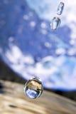 La terre dans la goutte de l'eau. Image libre de droits