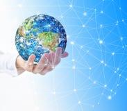 La terre de l'espace dans des mains, globe dans le meilleur concept d'Internet de mains des affaires globales de série de concept Photographie stock