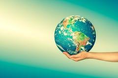 La terre de l'espace dans des mains, globe dans le meilleur concept d'Internet de mains des affaires globales de série de concept Images libres de droits
