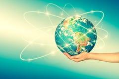 La terre de l'espace dans des mains, globe dans le meilleur concept d'Internet de mains des affaires globales de série de concept Photographie stock libre de droits