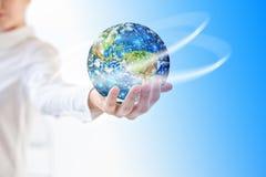 La terre de l'espace dans des mains, globe dans le meilleur concept d'Internet de mains des affaires globales de série de concept Photo stock