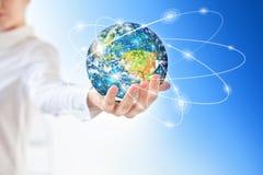 La terre de l'espace dans des mains, globe dans le meilleur concept d'Internet de mains des affaires globales de série de concept Photos stock