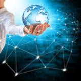 La terre de l'espace dans des mains, globe dans le meilleur concept d'Internet de mains des affaires globales de série de concept Image libre de droits