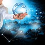 La terre de l'espace dans des mains, globe dans le meilleur concept d'Internet de mains des affaires globales de série de concept Photo libre de droits
