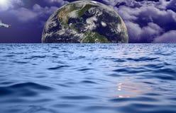 La terre de mer et de ciel avec un avion Photo libre de droits