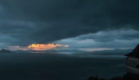 La terre de milieu de coucher du soleil Photographie stock