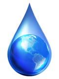 La terre de planète à l'intérieur d'une goutte de l'eau Photos libres de droits
