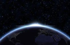 La terre de planète avec la lumière du soleil apparaissante Photos stock