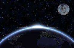 La terre de planète avec la lumière du soleil apparaissante et la lune Photographie stock libre de droits
