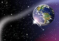 La terre de planète avec le lever de soleil dans l'espace Image stock