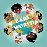 La terre de planète avec les visages soutenus par bébé Photographie stock