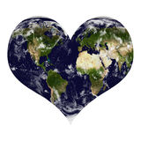 La terre de planète dans la forme de coeur avec des nuages Image stock