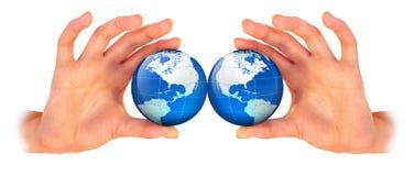 La terre de planète dans la main photos stock