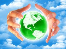 La terre de planète dans les mains Photo libre de droits