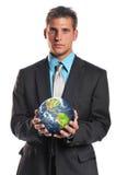 La terre de planète de fixation d'homme d'affaires photographie stock libre de droits