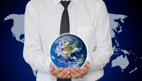 La terre de planète de fixation d'homme d'affaires Photo libre de droits