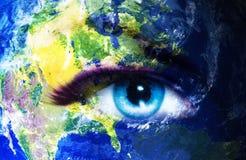 La terre de planète et oeil humain bleu avec le maquillage violet et rose de jour La terre d'EPlanet et oeil humain bleu avec le  Photographie stock