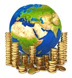 La terre de planète et une pile des pièces d'or Images stock