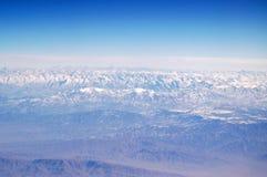 La terre de planète sur le ciel bleu, vue aérienne Horizontal de montagne Course autour de monde Protection de l'environnement et images libres de droits