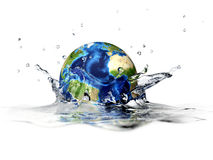 La terre de planète, tombant dans l'eau claire, éclaboussant. Image stock