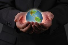 La terre de planète est dans des nos mains Photo libre de droits