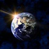 La terre et le soleil de l'espace Images stock