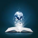 La terre et ramassage d'affaires sur le livre ouvert Photos libres de droits