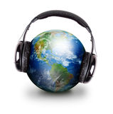 La terre globale d'écouteurs de musique Images stock