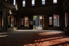 La terre intérieure ombragée du bâtiment inachevé en hiver ensoleillé a images libres de droits