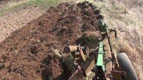 La terre labourant avec le tracteur banque de vidéos