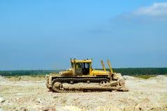 La terre nivelée par bouteur jaune Photos libres de droits