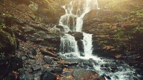 La terre pierreuse de crique des montagnes sauvage pure de cascade clips vidéos