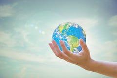 La terre pour le ciel à l'arrière-plan brouillé Aujourd'hui, concept écologique de concept Concept de jour d'environnement élémen Photos libres de droits