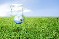 La terre protectrice à l'intérieur d'un choc en cristal photos libres de droits
